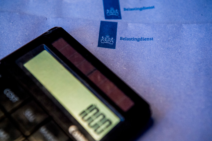 rekenmachine met blauwe enveloppe van de belastingdienst