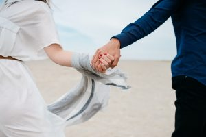 een gescheiden stel houden elkaars handen vast